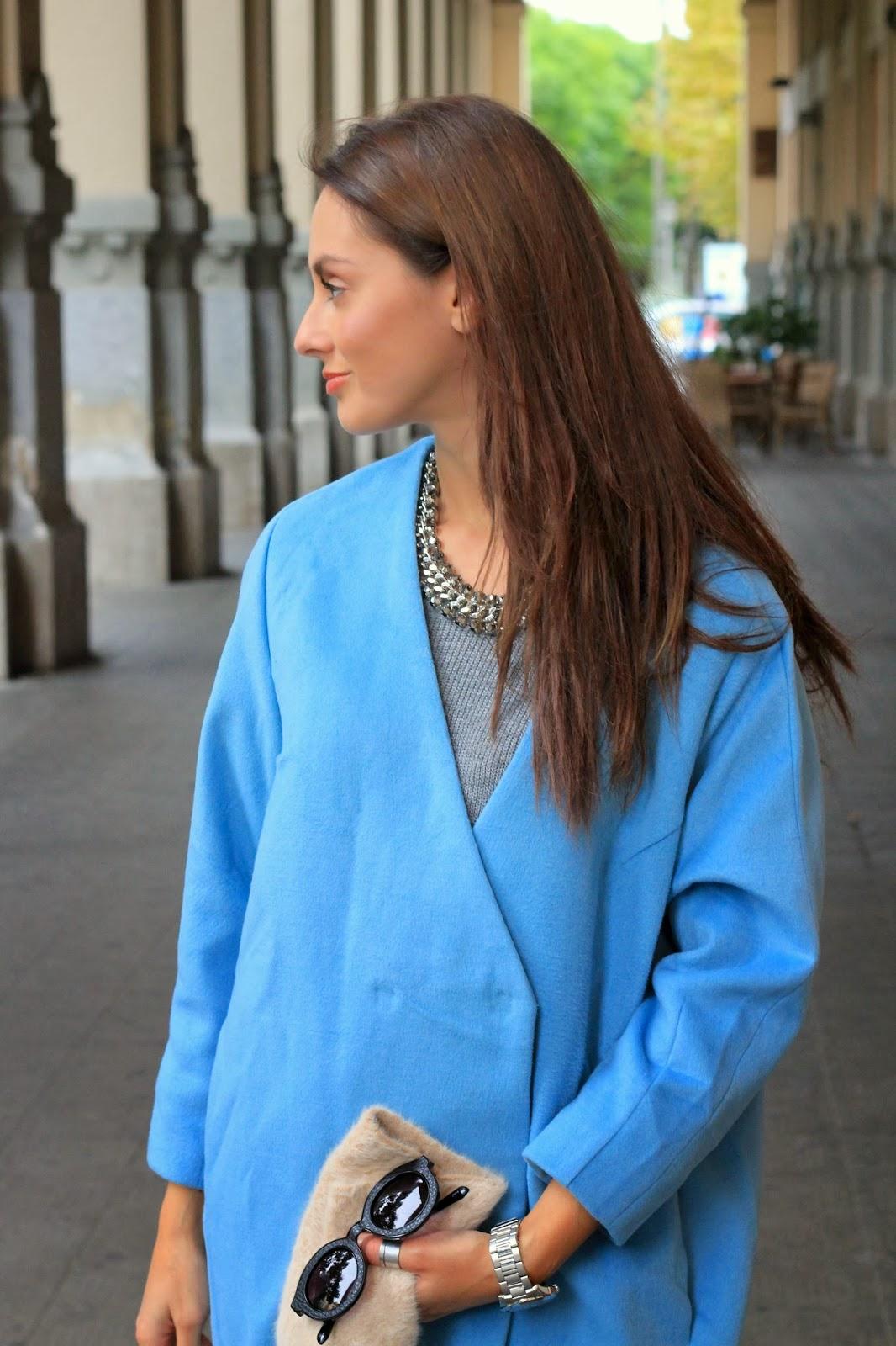 Trend focus : Un cappottino Oversize celeste pastello per l'anteprima del King's Cross Irish Pub, Salerno