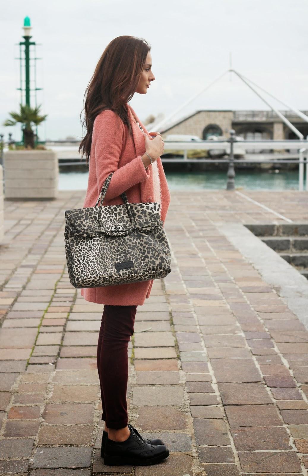Outfit con cappottino rosa, stringate e borsa animalier!